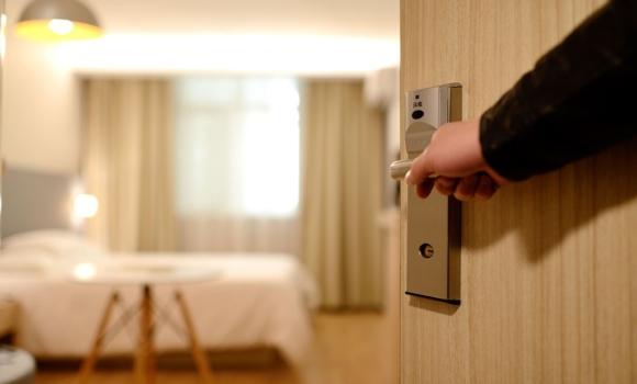 Kunden wünschen sich beim Hotel Check-In eine einwandfreie Nutzererfahrung, ob vor Ort oder digital auf ihrem Smartphone.