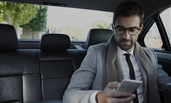 Cliente haciendo uso de servicio digital bajo demanda de vehículo compartido, experiencia de usuario mejorada gracias a las nuevas tecnologías móviles
