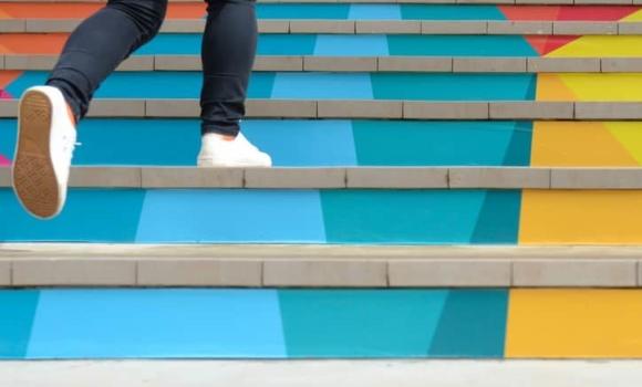 Person, die Treppen steigen