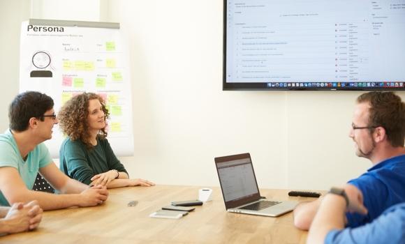 Reunión del equipo de desarrollo para evaluación del feedback obtenido del crowdtesting, comentarios detallados de usuarios para mejorar la calidad.