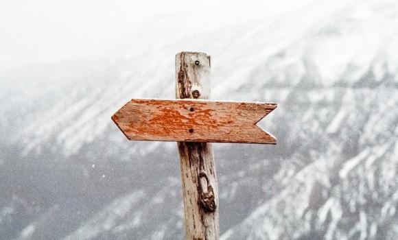 panneau avec une flèche vers la gauche symbolisant l'approche shift left en test logiciel.