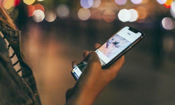personne utilisant une application mobile sur smartphone