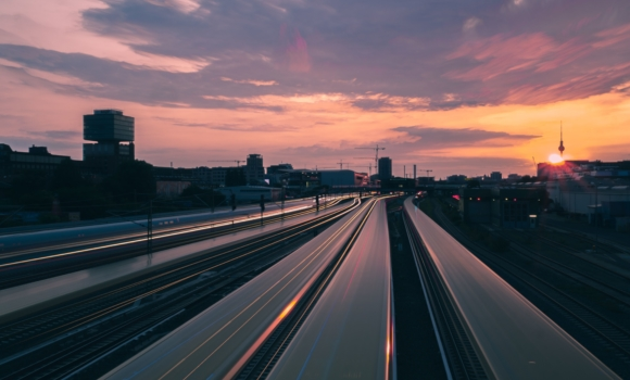 Timelapse von Zügen auf einer Bahnstrecke in Berlin bei Sonnenuntergang