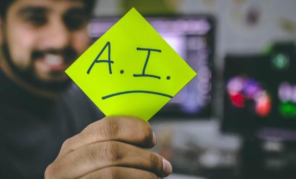 Roboter mit Tablet vor mathematischen Formeln und Code