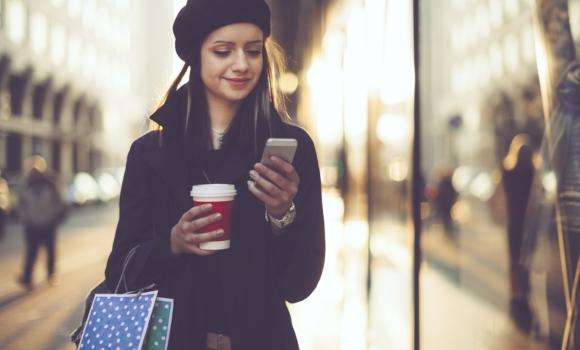 Mujer mirando el teléfono