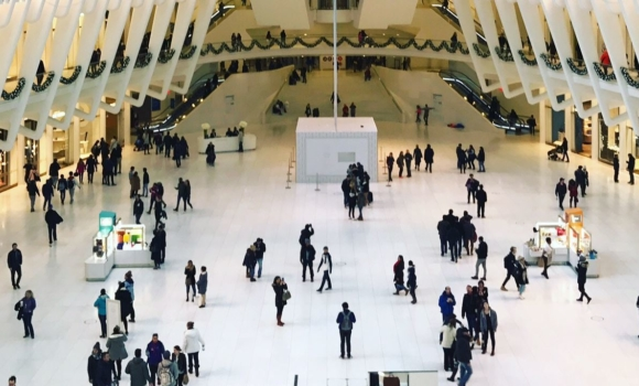 efficient omnichannel marketing strategies attract potential customers in a shopping mall