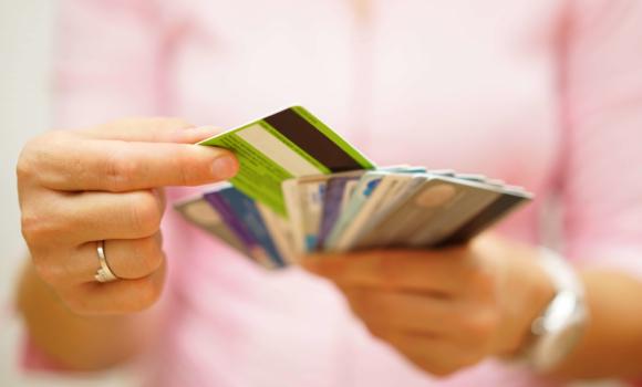 Personne utilisant le paiement à la maison sur son téléphone