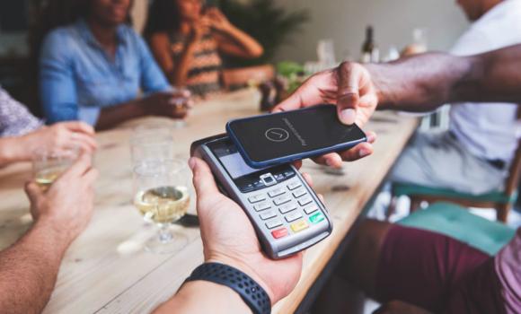 paiement digital avec un smartphone et un terminal