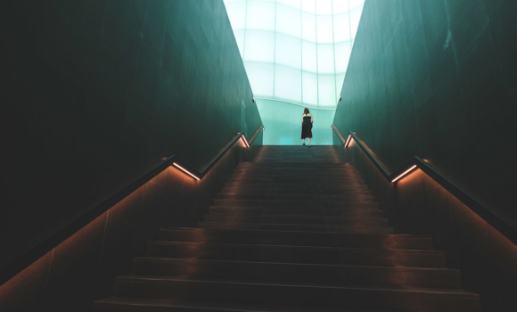 personne monte des escaliers