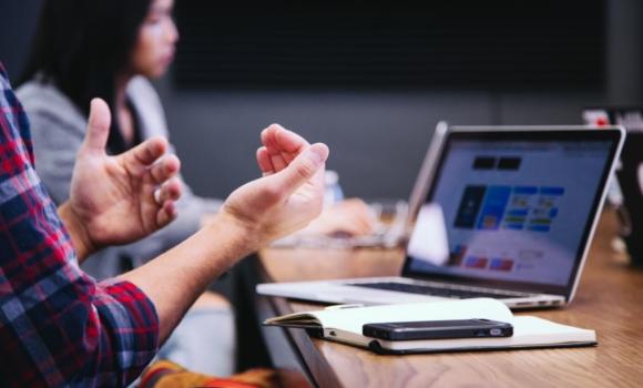 personnes en réunion discutant des retours d'expérience utilisateur pour sites web et applications