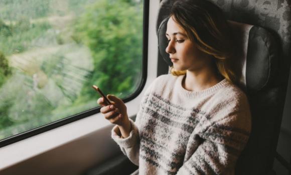 Une utilisatrice française utilise son appli de banque en ligne dans le train