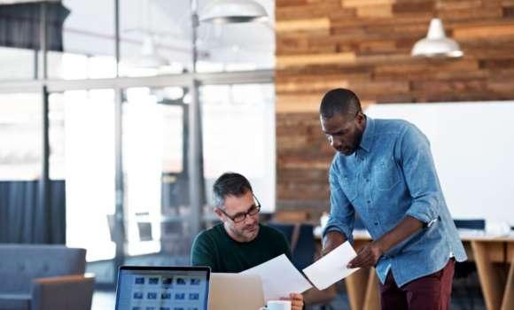 Deux personnes mettent en place des plans de test pour intégrer le crowdtesting à leurs processes