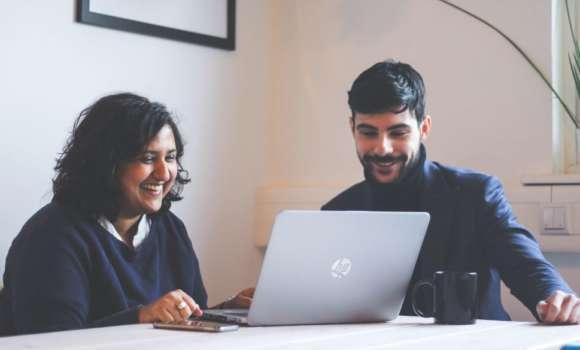 Asha Gopal und Alessandro Fusco arbeiten von unserem Berliner Applause Büro an Testprojekten für den Finanzsektor zusammen.