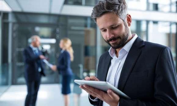 Banking-Kunde checkt sein Bankkonto über eine Tablet-App.