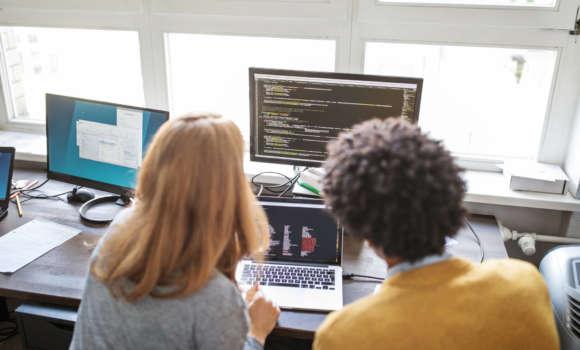 Zwei Kollegen am Computer