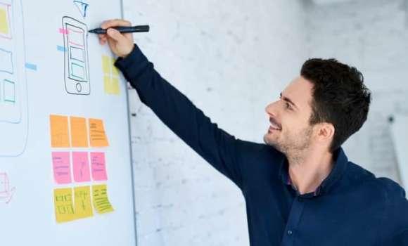 UX Designer scribbelt einen Mockup eines digitalen Produktes.