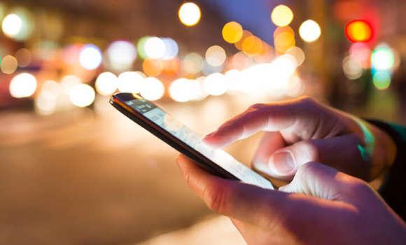 Person, die sein Handy und seine App überprüft, nachdem eine neue mobile App releast wurde.
