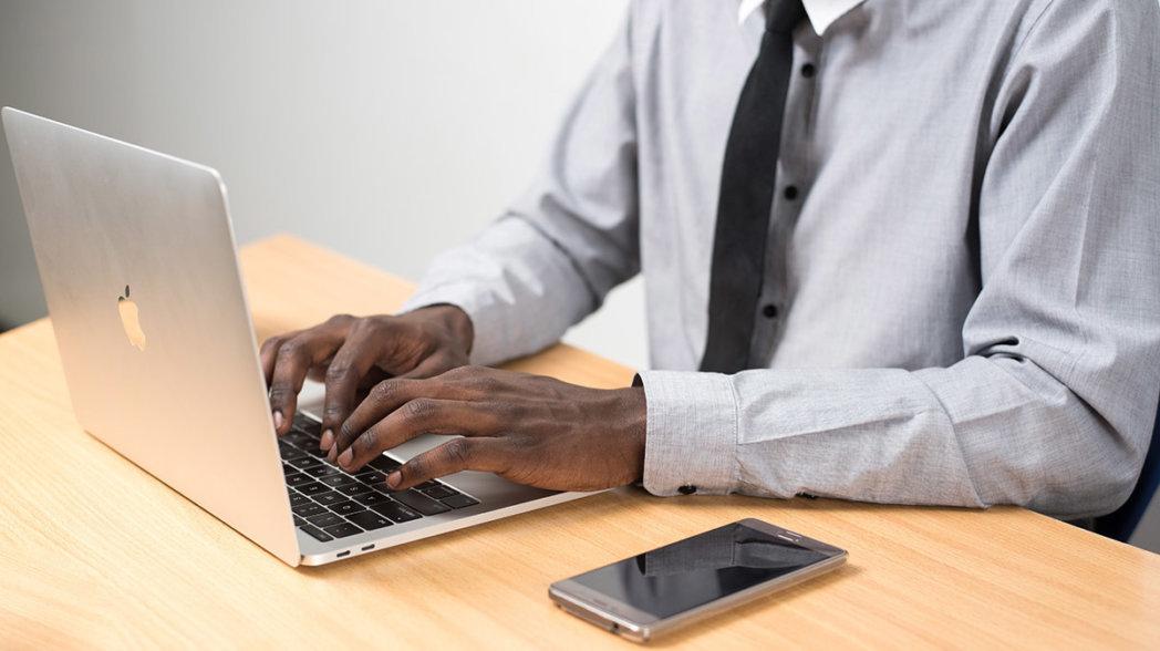 Person auf einem Computer