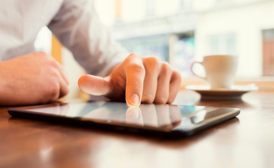Un testeur teste une application sur sa tablette en suivant les instructions du plan de test