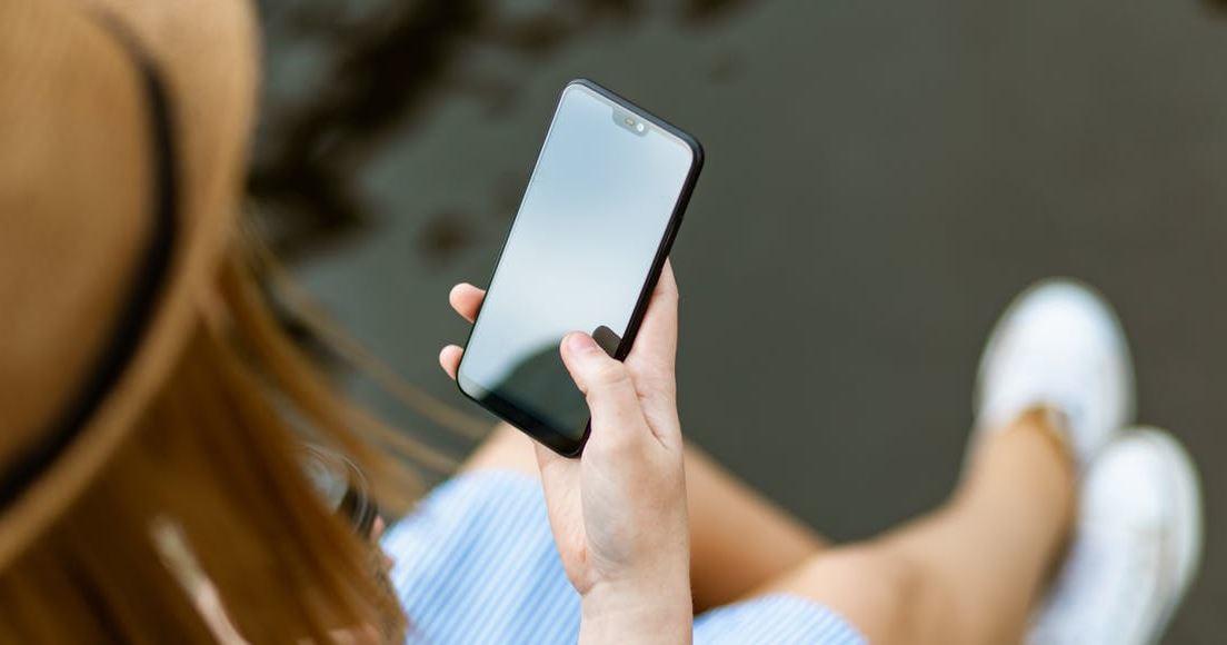 femme-utilise-smartphone