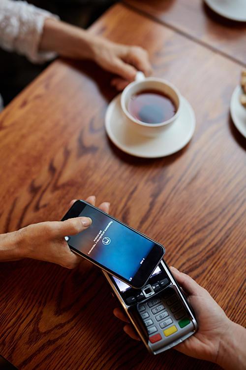 Digitale Zahlung Smartphone Kaffee