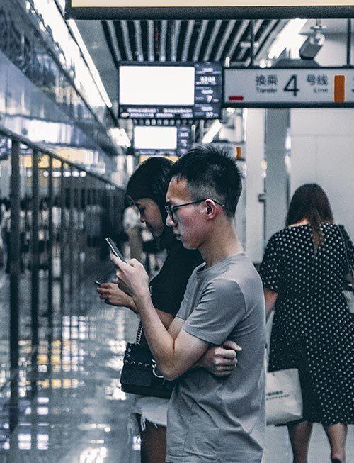 Leute Benutzen Smartphones In Einer Ubahn Station