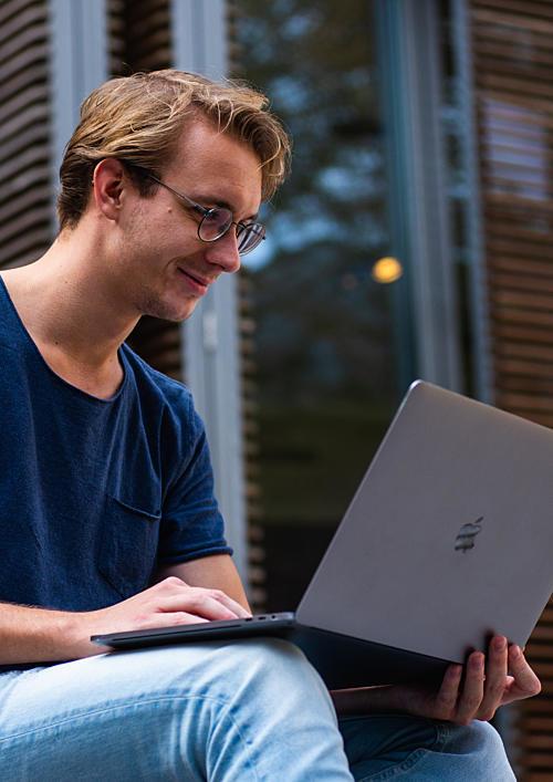 Mann Arbeitet Laptop