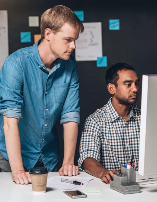 Zwei Leute schauen auf Computer